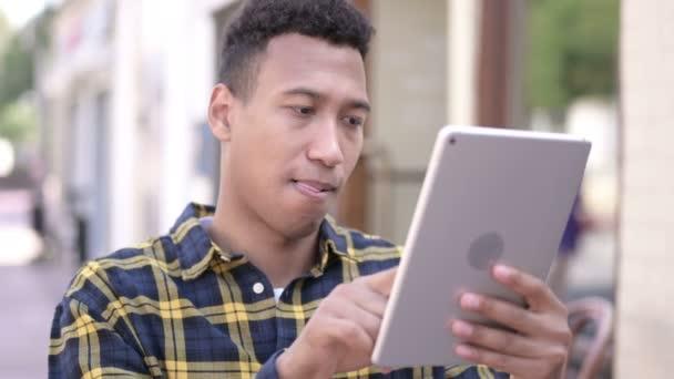 Mladý Afričan úspěch na tabletu, venkovní
