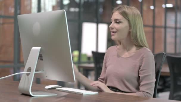Berufstätige Frau beim Videochat am Computer