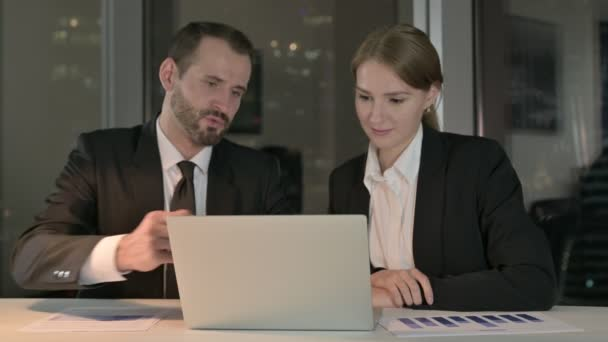Executive Business People Olvasási jelentés Laptop éjjel