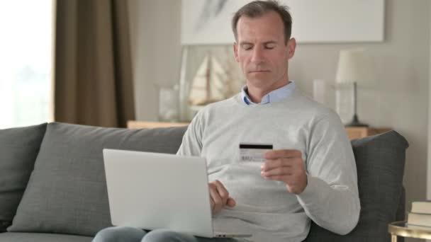 Geschäftsmann mittleren Alters mit Online-Zahlungsausfall auf dem Smartphone