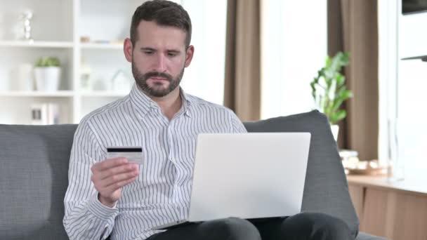 Online fizetési siker laptopon üzletember otthon