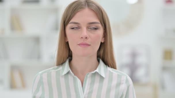 Portrét mladé ženy přemýšlející o něčem