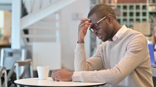 Znepokojený Afričan myšlení v kavárně, obavy