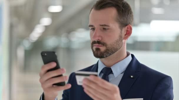 Portré üzletemberről sikeres online fizetés okostelefonon