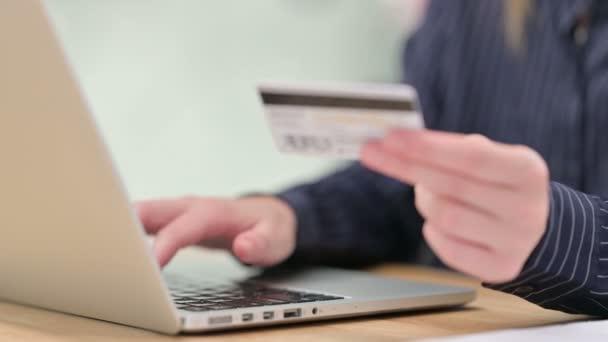 Nahaufnahme von Online-Einkäufen am Laptop