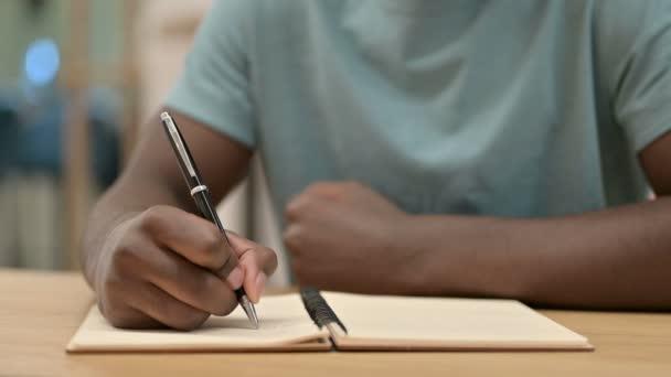 Közelkép afrikai férfi írás Notebook