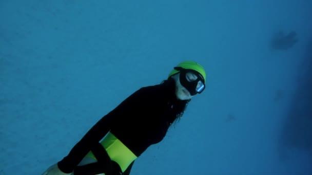 ein Mädchen frei Tauchen im Pazifik
