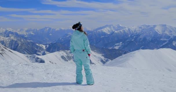 Snowboarderin genießt das Skigebiet