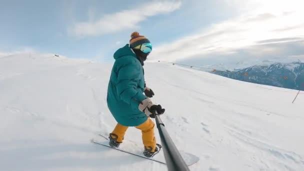 helles Extremfoto von jungen, sportlichen Snowboardern an sonnigen Wintertagen