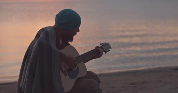 Člověk, který hraje na pobřeží po východu slunce.