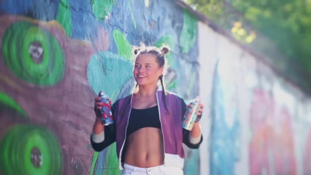 Odvážná kreativita a zábava. Svoboda, životní styl, kulturní koncept. Krásná mladá dívka sprejování barevné aerosolový sprej ve vzduchu v horkém letním dni. Kreativní umění. Talentovaná studentka kreslí obrázek