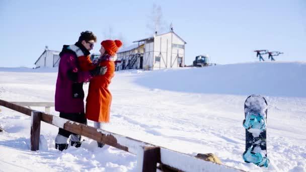 Coulple randění v horském středisku za slunečného dne. Zima, sport, dovolená, vztah, láska, vánoce, životní styl koncepce. Natočeno na filmové kameře, 10 bitový barevný prostor.