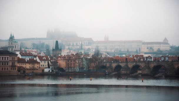 Panoramatický výhled na Pražský Karlův most za mlhavého počasí. Cestování, město, Evropa. Natočeno na RED kameře, 10 bitový clolor
