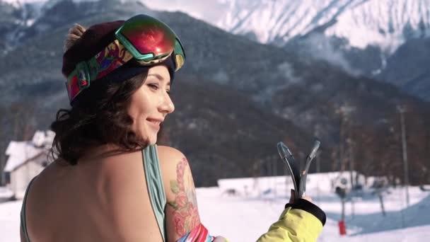 Detailní portrét roztomilé lyžařské dívky s úsměvem
