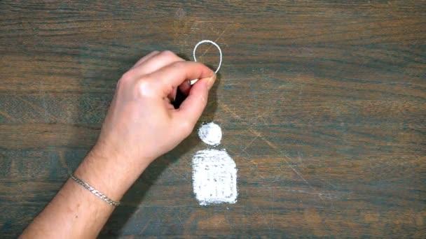 Myšlenka. Closeup ruka kreslí na dřevěném prkénku. Lidská postava v centru. Kolem zdroje světla. Vztah člověka s svítilnami