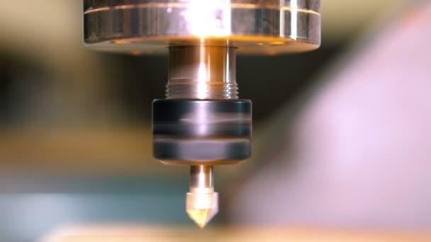 Tyčka s fréza vložen do objímky. Začátek frézka s numerickým programovým řízení
