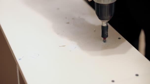 Práce s ruční vrtačkou. Šroubování šroubu s pomocí služby bits