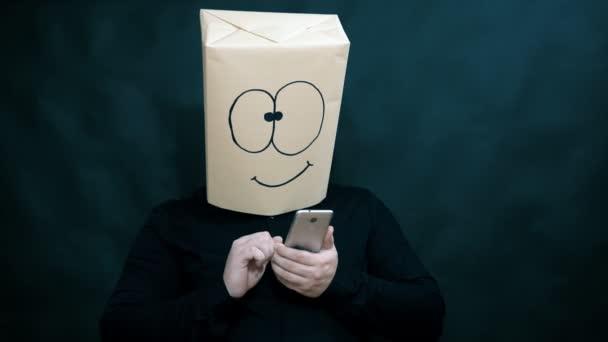 Koncept emoce. Muž je zobrazení informací na mobilním telefonu. Na tváři takový výraz radosti a nadšení.