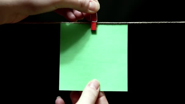 Kopírovat prostoru. Čistě zelenou nálepkou. List je ručně připojena s clothespin na laně.