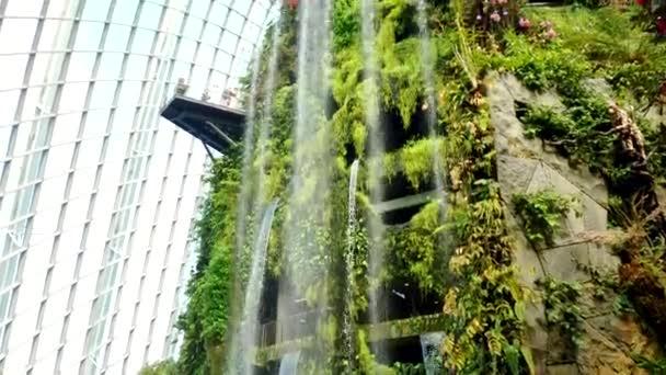 Singapur, 2. září 2020: Vodopád v pomerančovníku u zátoky.