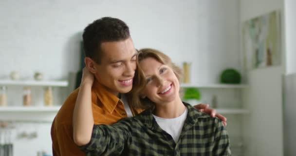 junges gemischtes Paar tanzt zu Hause