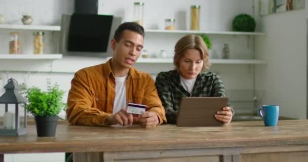 Vegyes verseny pár töltse online vásárlás, ül az asztalnál a konyhában