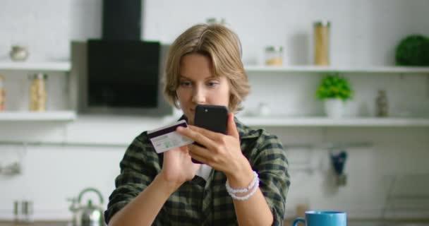 Fiatal nő megy, hogy online vásárlás, kitöltése online vásárlási forma