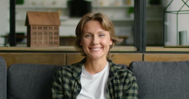 Portrét šťastné, otevřené ženy s úsměvem na kameře
