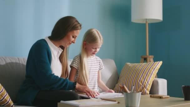 Mutter und kleine Tochter bauen Beziehung auf