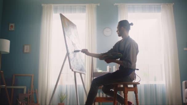 Junger Künstler lässt sich zum Malen inspirieren