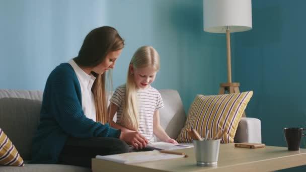Mutter und Tochter verbringen Zeit gemeinsam zu Hause