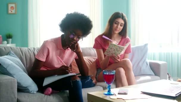 Zwei Studentinnen im Alltag