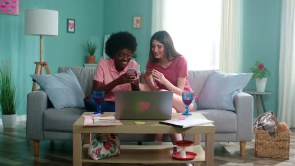 Hübsche Frauen sind mit Online-Shopping beschäftigt