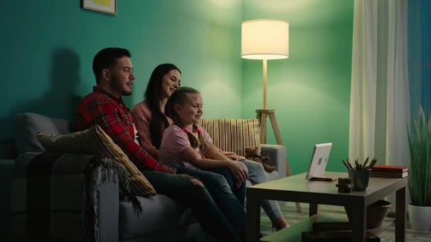 Mladá rodina si užívá online komunikaci