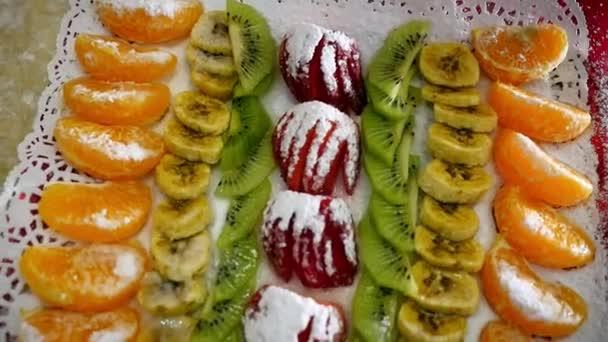 pojem zdravé stravy rozmanitost ovoce na slavnostní dezert tabulky, jahoda kiwi banán Mandarin cukru prášek. design krásný potravin
