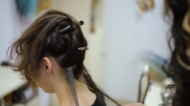 dívčí kadeřník ve kadeřnictví