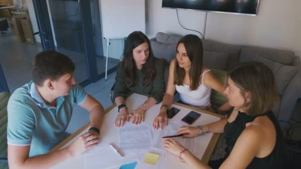 Treffen multiethnischer Teams in einem modernen Start-up-Büro. Jugendgruppe diskutiert die neue Projektidee.