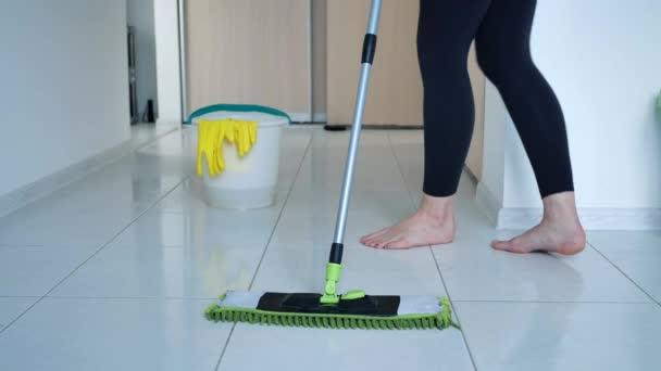 Dámské praní bílé kuchyňské podlahy se speciálním swob, úklid, zblízka