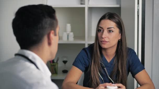 Ärztinnen und Ärzte kommunizieren im Büro der Klinik, Therapeutinnen und Chirurgen diskutieren