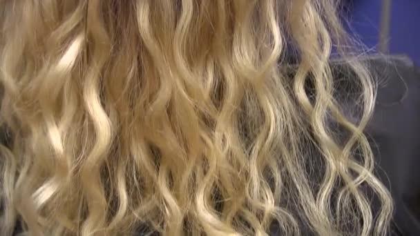 Rozšíření vlasů keratin. Blondýna. Děvče