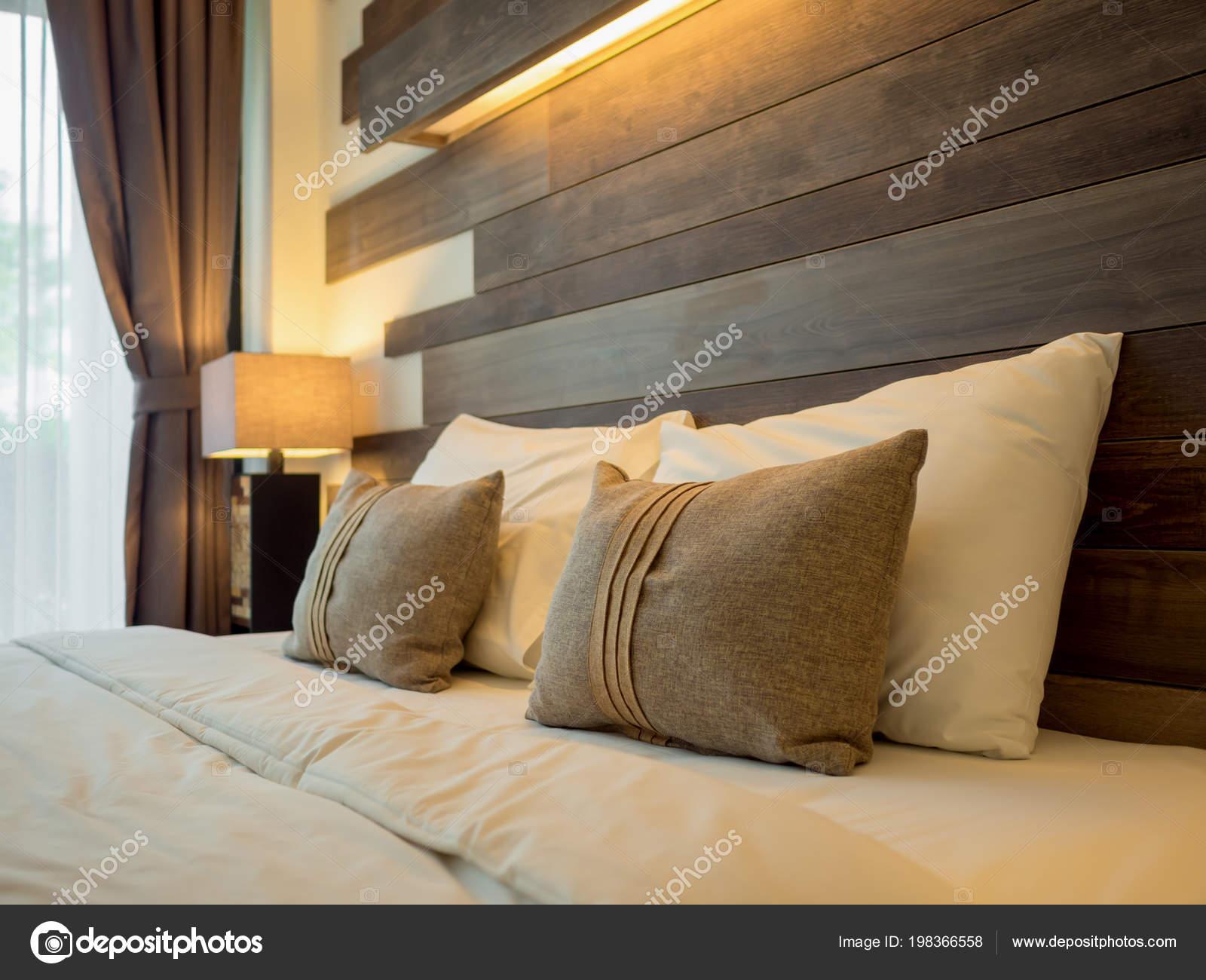 Lampadario Camera Da Letto Matrimoniale : Letto matrimoniale vuoto lampada sul lato del letto camera letto
