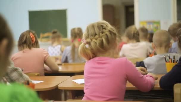 Malé děti ve třídě ve škole