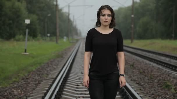Teenagermädchen in Depression auf der Bahn
