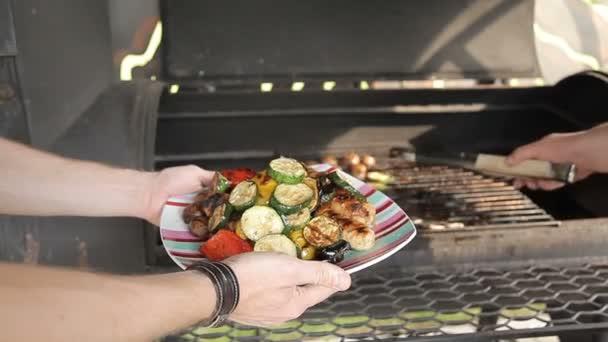 Grilování zeleniny na venkovním grilu. Zelenina jsou grilované na dřevěném uhlí. Zelenina jsou pečení na grilu