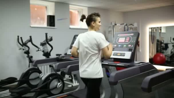 Dívka ztrácí váhu na běžícím pásu