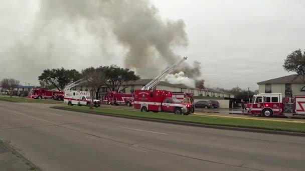 Oheň v domě, hasiči auta na oheň