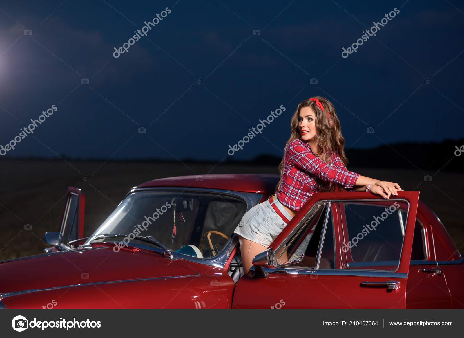 Ретро старое авто и сексуальные девушки сосет белого