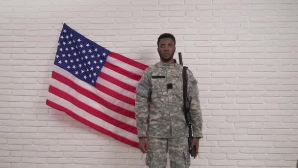Afro-amerikai katona tiszteli az amerikai zászló előtt
