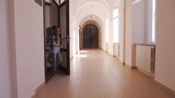 Boldog tanulók futnak a folyosón az órák után