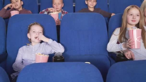 Vidám kis fiúk és a lányok néz érdekes film